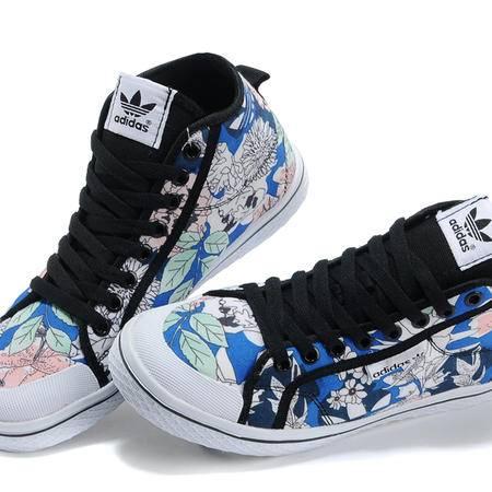 Adidas三叶草花朵图案女款高帮帆布鞋板鞋Q23388
