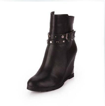 【达芙妮正品】秋冬款坡跟女靴子钉扣时尚 单鞋大码