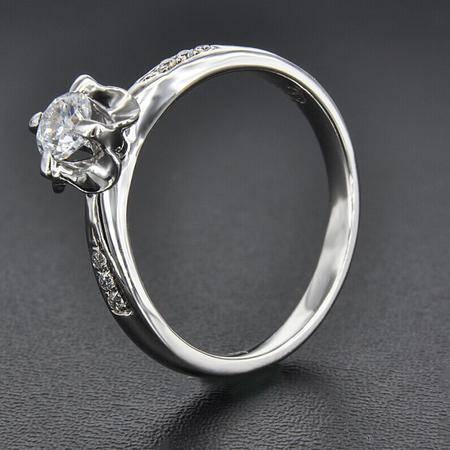 永恒世家花爪镶嵌18K白金 钻石显大工艺女戒钻戒